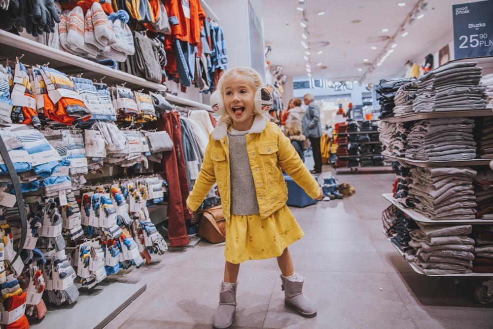 Wiosenne ubrania dla dzieci można kupić z dużym rabatem w Westfield Arkadia, np. w sklepie Okaidi.