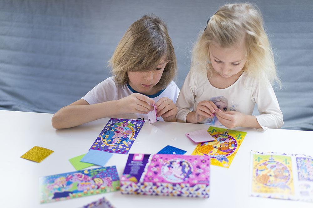 Zestaw kreatywny dla dzieci z naklejkami.