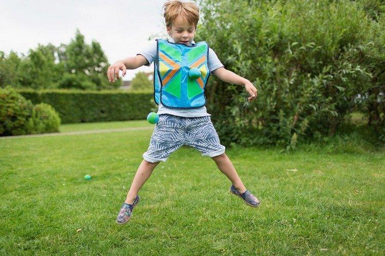 Kamizelka i piłeczki na rzepy to świetna propozycja plenerowej gry dla 4 latków i starszych dzieci.