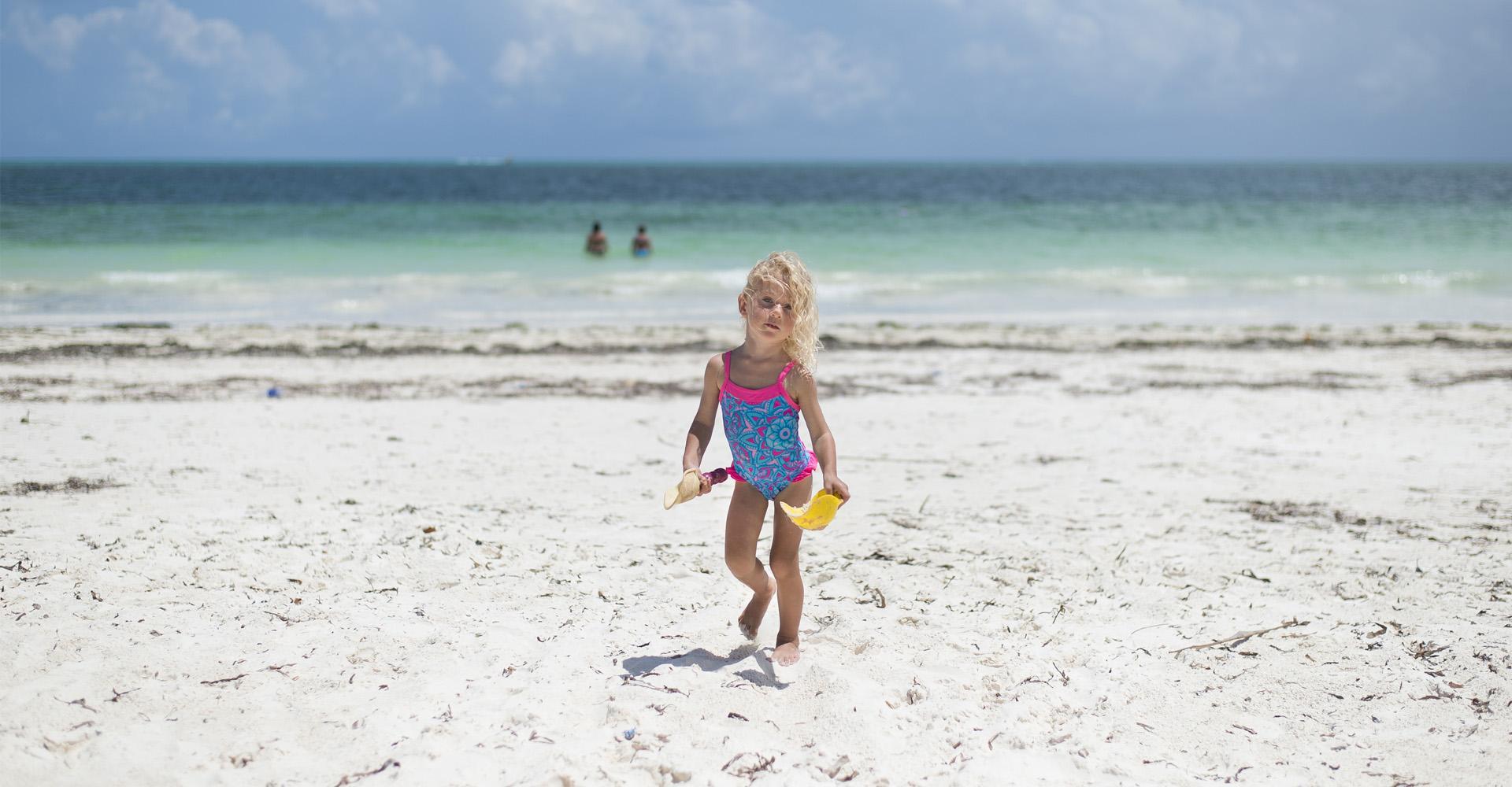 Zabawki do wody i akcesoria, które warto zabrać ze sobą na wakacje.