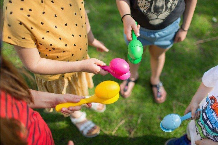 Wyścig z jajkiem to przykład zręcznościowej gry dla 5 latków.