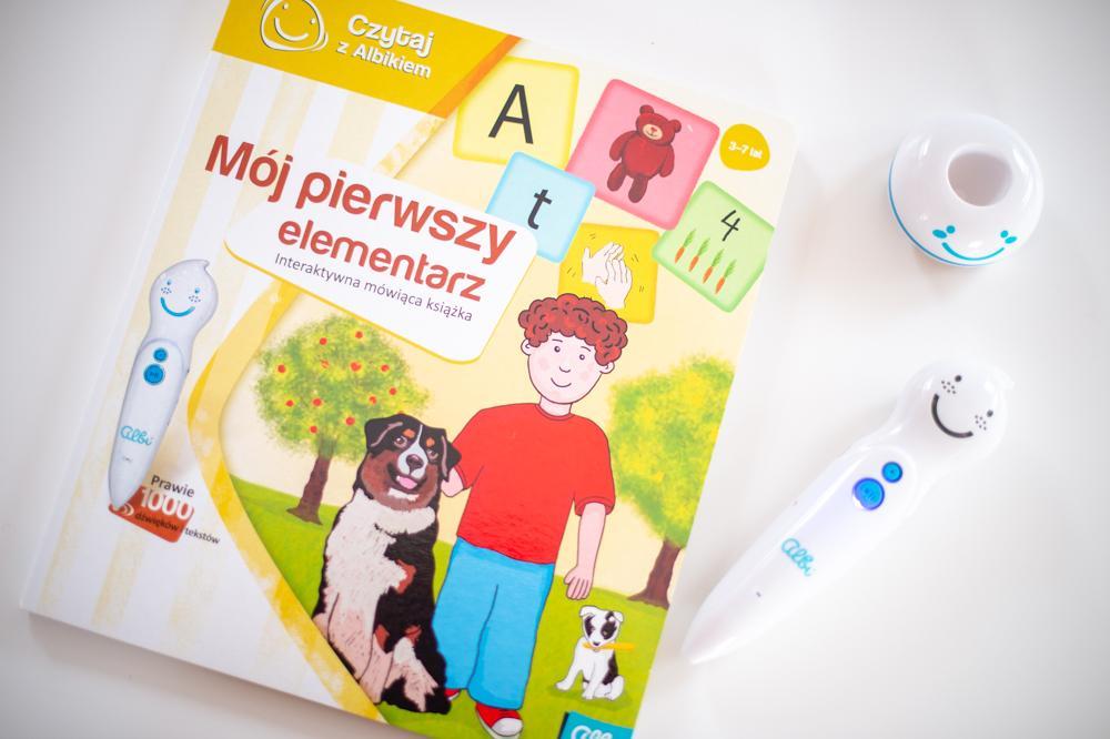 """Pióro Albik i książka """"Mój pierwszy elementarz"""""""