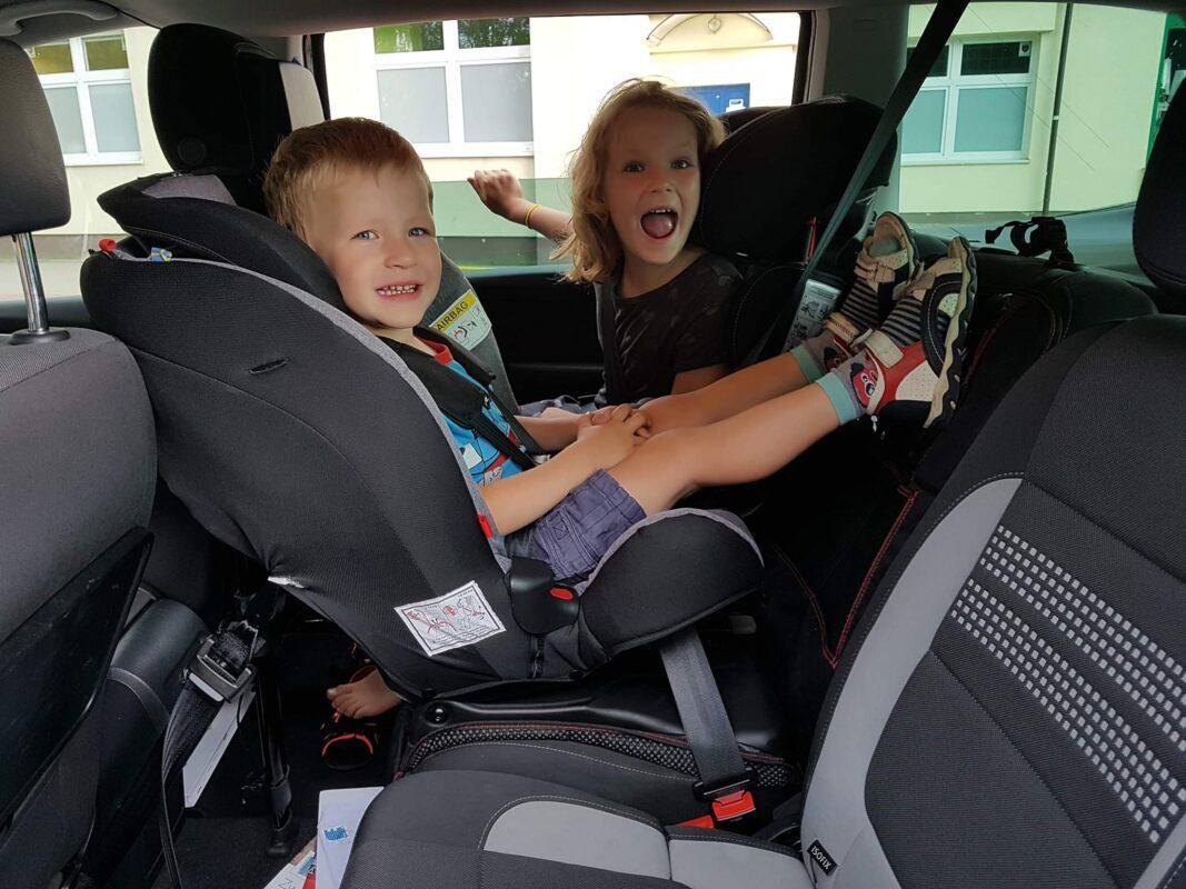 Przewożenie dzieci w samochodzie - jak to robić bezpiecznie i zgodnie z obowiązującym prawem? Do kiedy dziecko musi jeździć w foteliku?